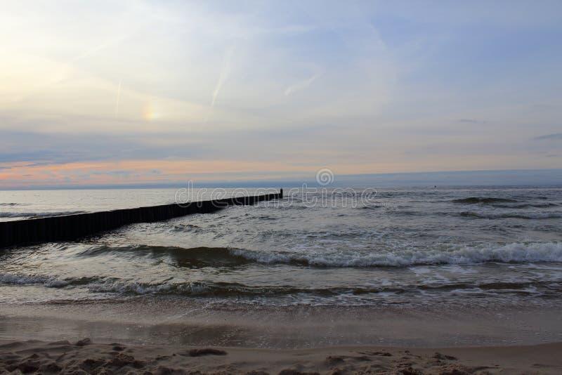Inguine alla spiaggia del Mar Baltico del morskie del ustronie, Polonia nella penombra di sera fotografia stock