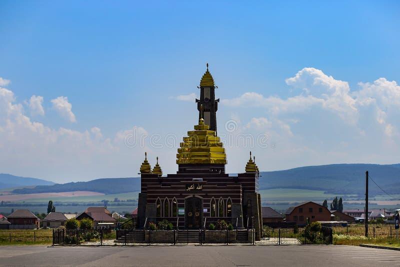 Ingushetia, Magas, o 27 de junho de 2018, mesquita com as abóbadas douradas, editoriais foto de stock royalty free