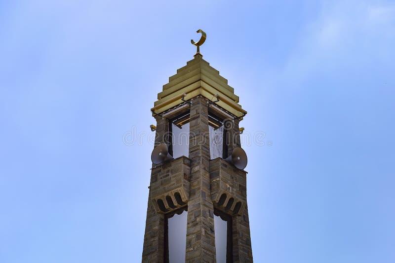 Ingusjetien Magas, Juni 27, 2018, moské med guld- kupoler, ledare royaltyfri foto