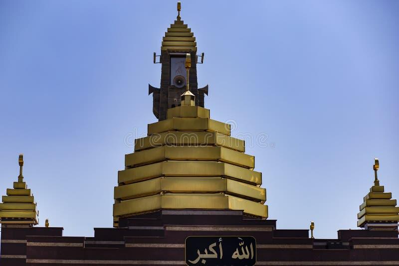Ingusjetien Magas, Juni 27, 2018, moské med guld- kupoler, ledare royaltyfria foton