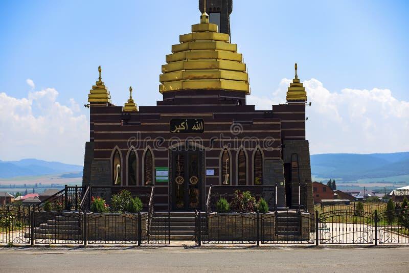 Ingusjetien Magas, Juni 27, 2018, moské med guld- kupoler, ledare royaltyfria bilder