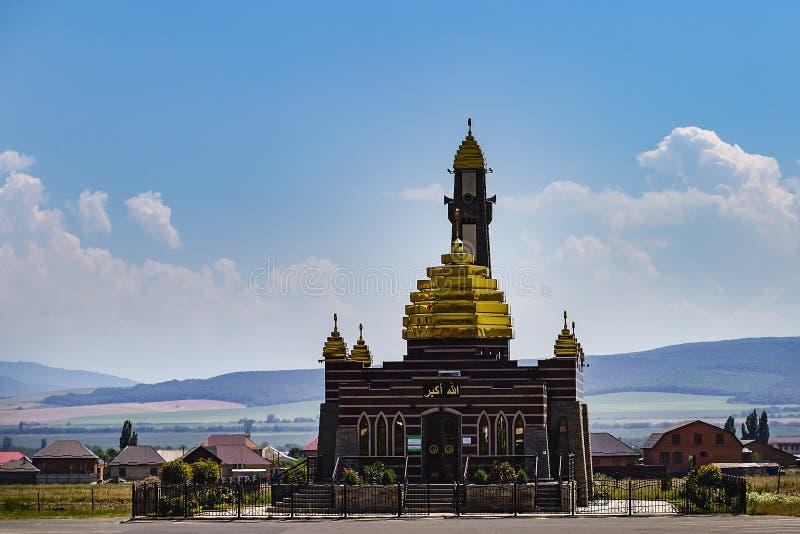 Ingusjetien Magas, Juni 27, 2018, moské med guld- kupoler, ledare royaltyfri bild