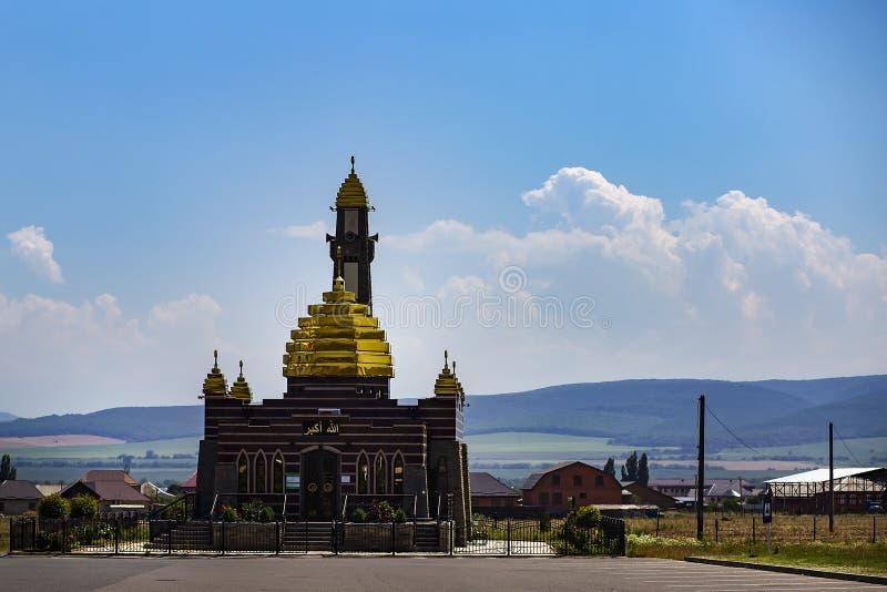 Ingusjetien, Magas, Juni 27, 2018, moské med guld- kupoler, ledare arkivbilder