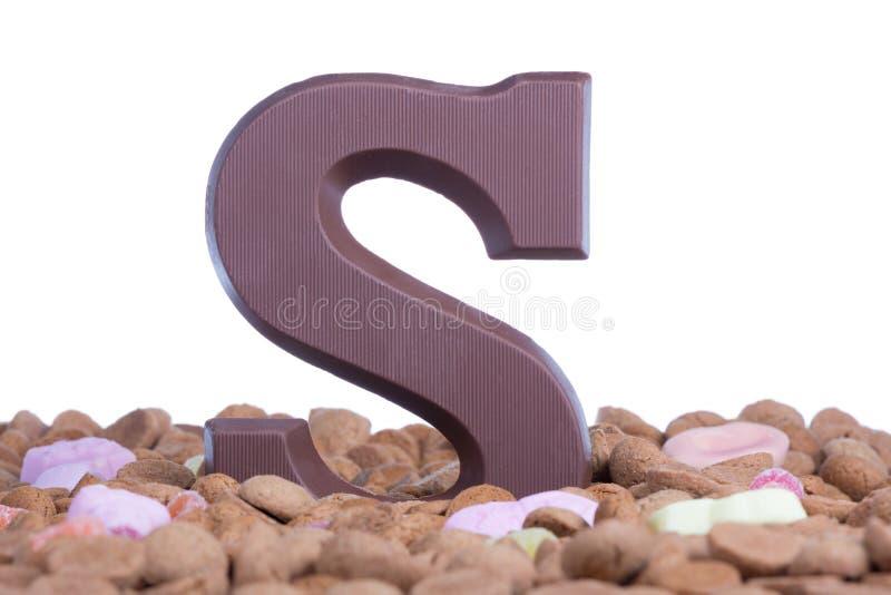 Ingwernüsse mit Schokoladenbuchstaben S am Ereignis Sinterklaas der niederländische Kinder stockbild