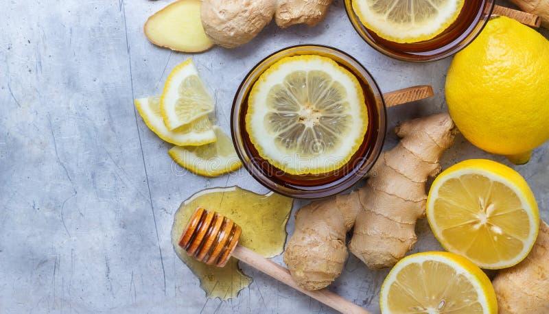 Ingwertee in einem Glas für kalte Wintertage der Grippe lizenzfreies stockbild