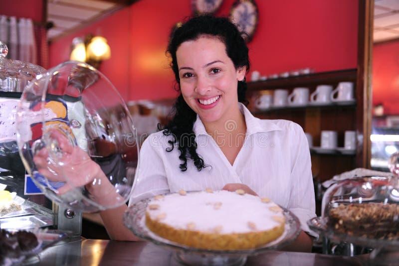 Inhaber eines Kaffee, der einen Kuchen zeigt stockfotos