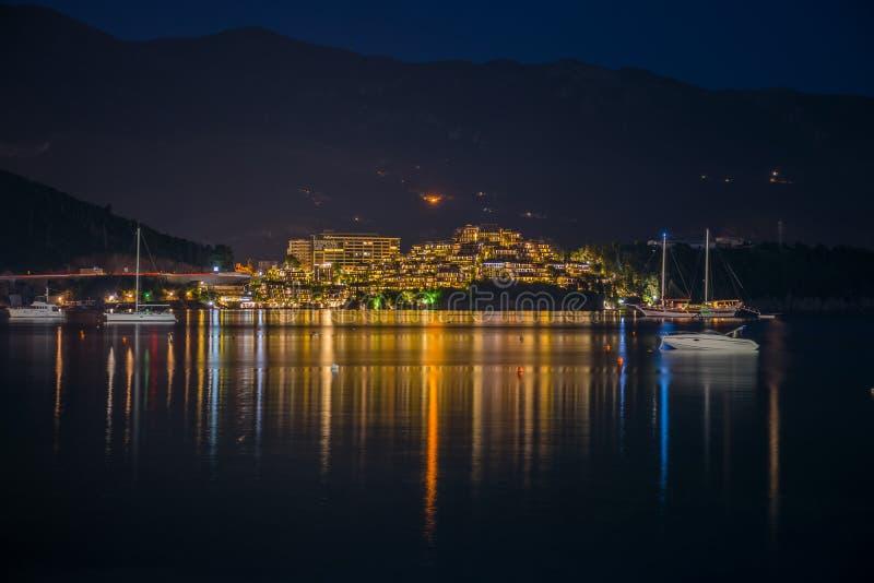 Inhaber von Yachten und von Booten segelten an Land für ein romantisches Abendessen im Restaurant stockfoto