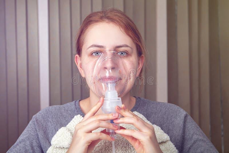 Inhalación con el nebulizador durante ataque de asma imagen de archivo