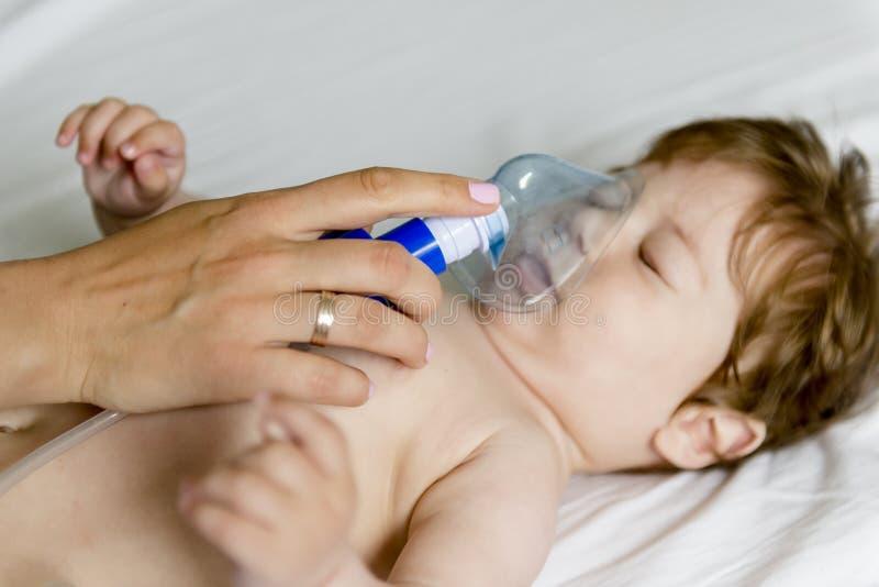 Inhalación del bebé fotos de archivo libres de regalías