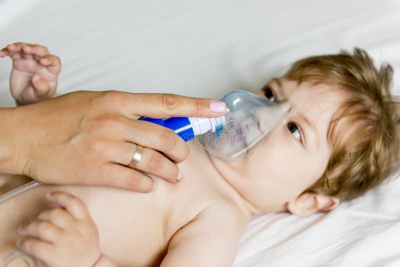 Inhalación del bebé imagen de archivo libre de regalías
