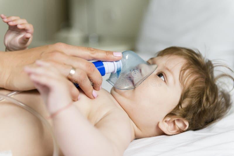 Inhalación del bebé fotos de archivo