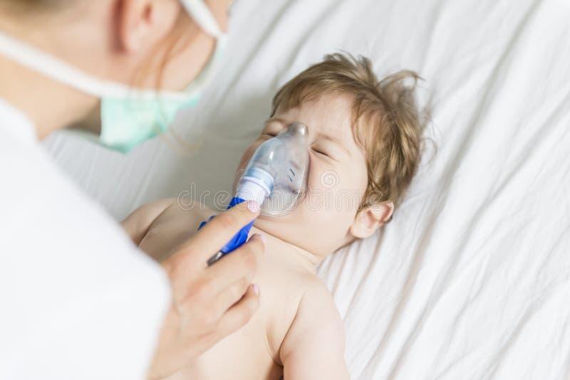 Inhalación del bebé imágenes de archivo libres de regalías