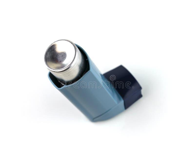 Inhalador del broncodilatador usando en paciente del asma en el fondo blanco imagen de archivo