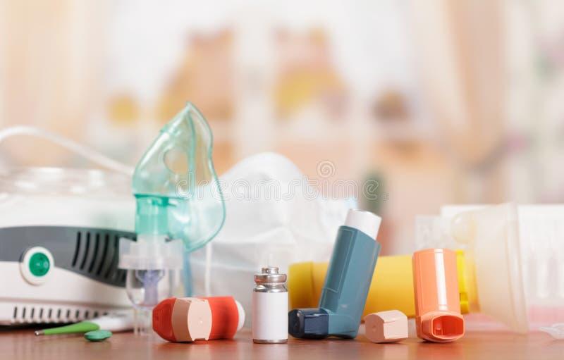Inhalador del compresor con la máscara del ` s del niño y dispositivo del bolsillo para los asthmatics, en la tabla foto de archivo libre de regalías