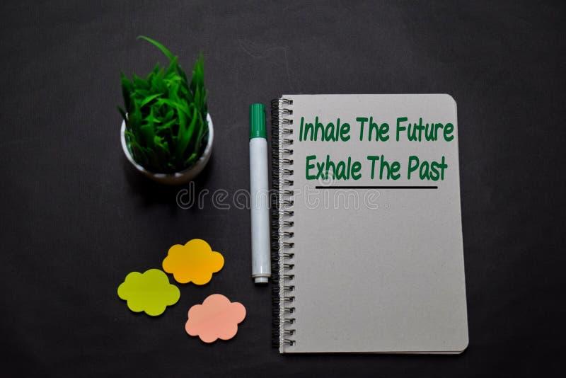 Inhalar el futuro Exhale The Past escribe en un libro sobre el escritorio de la oficina Concepto de fe cristiana imágenes de archivo libres de regalías