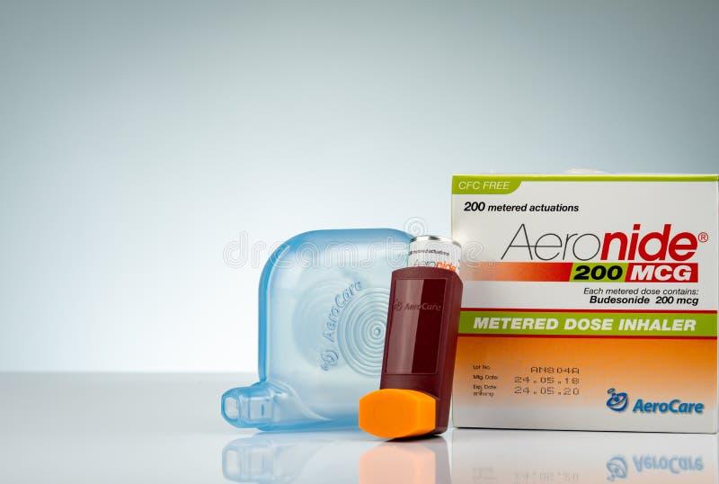 Inhalateur d'Aeronide et entretoise en plastique d'isolement sur le fond de gradient Inhalateur d'asthme Médecine d'inhalateur de images libres de droits