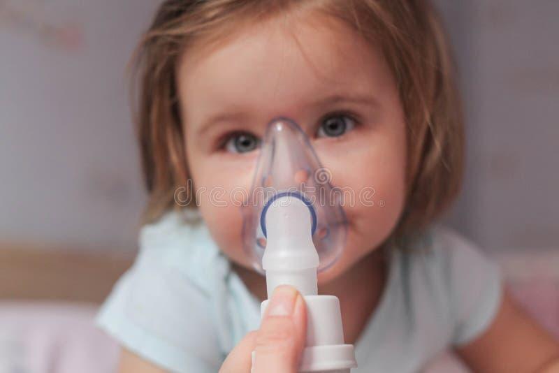 inhalation royaltyfri bild