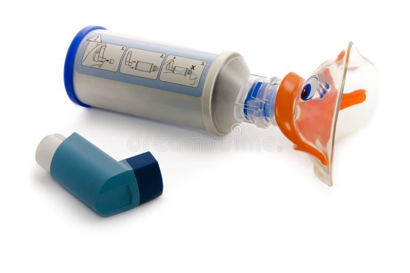 Inhalator des Kindes mit dem Spray getrennt auf Weiß stockfoto