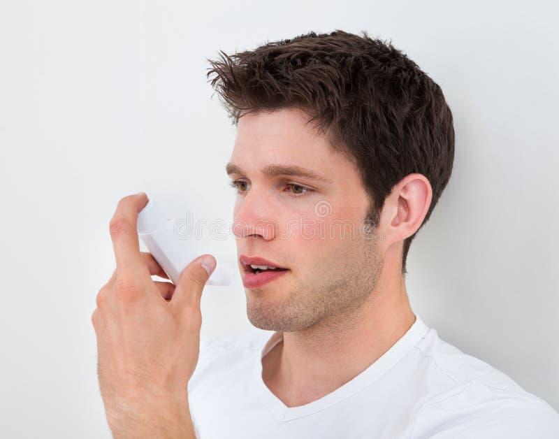 Inhaler εκμετάλλευσης ατόμων στοκ εικόνες