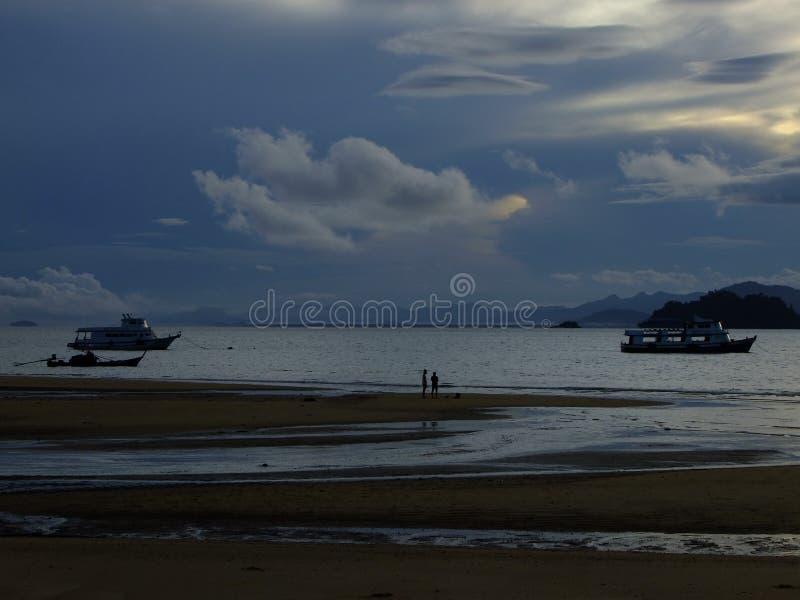 Inhalera morgonluften på stranden royaltyfria foton