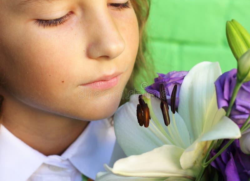 Inhalieren Sie den Geruch der Lilie lizenzfreies stockfoto