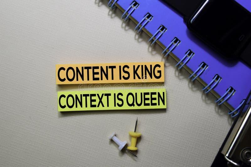 Inhalt ist K?nig Zusammenhang ist Königintext auf den klebrigen Anmerkungen, die auf Schreibtisch lokalisiert werden lizenzfreie stockbilder