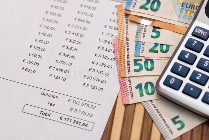 Inhandla beställning med den eurosedlar och räknemaskinen royaltyfri fotografi