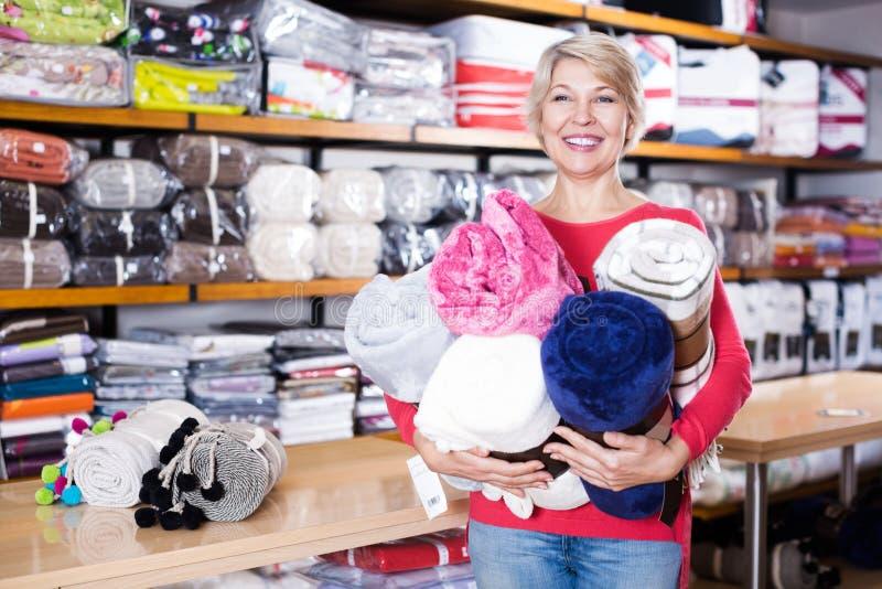 Inhandlade hem- textiler för kund skryt fotografering för bildbyråer