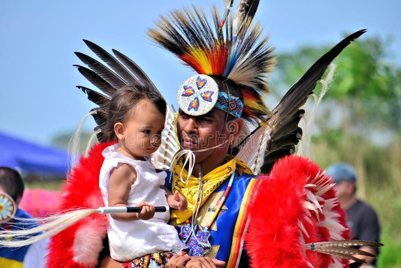 Inheems Amerikaan en kind stock afbeeldingen