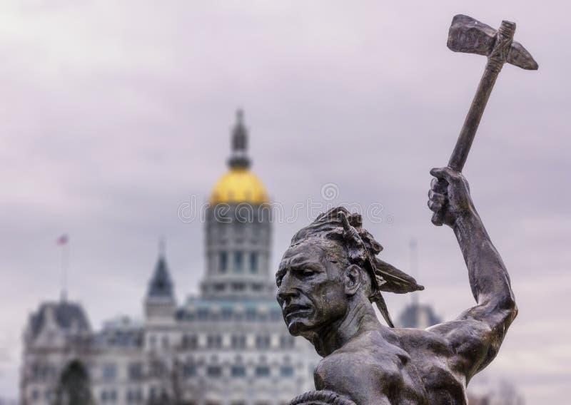 Inheems Amerikaans Indisch standbeeld met bijl bij de capitolbouw van de staat royalty-vrije stock fotografie