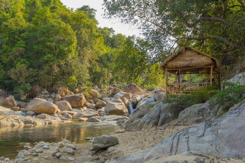 Inheems huis in wildernis van Vietnam stock afbeeldingen