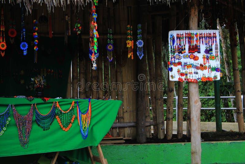 Inheemse ambachten die worden verkocht op een markt in Latijns Amerika royalty-vrije stock foto
