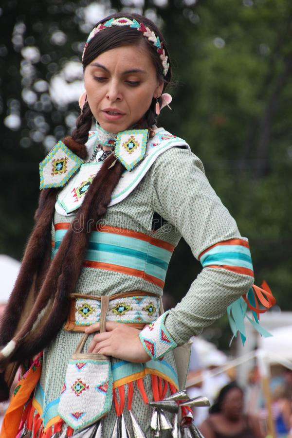Inheemse Amerikaanse Dansers bij pow-wauw stock afbeeldingen