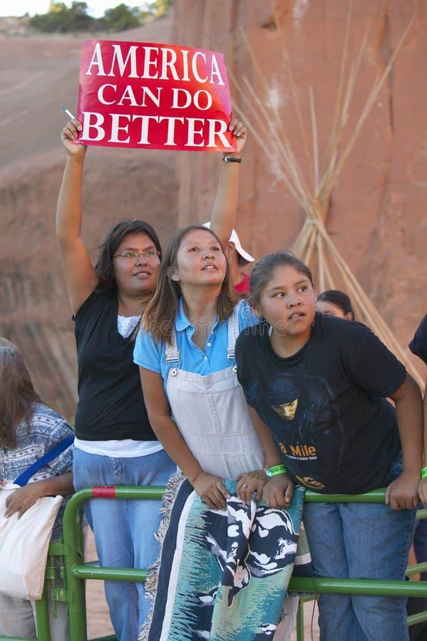 Inheemse Amerikaanse kinderen die presidentieel campagneteken, het Rode Park van de Rotsstaat, Gallup, NM houden royalty-vrije stock afbeeldingen