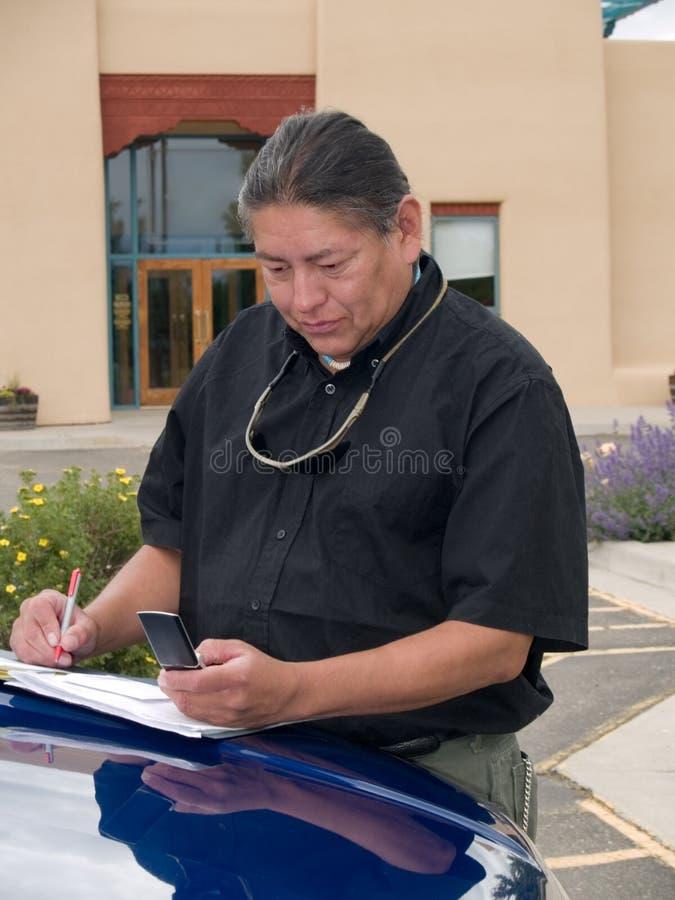 Inheemse Amerikaanse mens die celtelefoon uitnodigt royalty-vrije stock fotografie