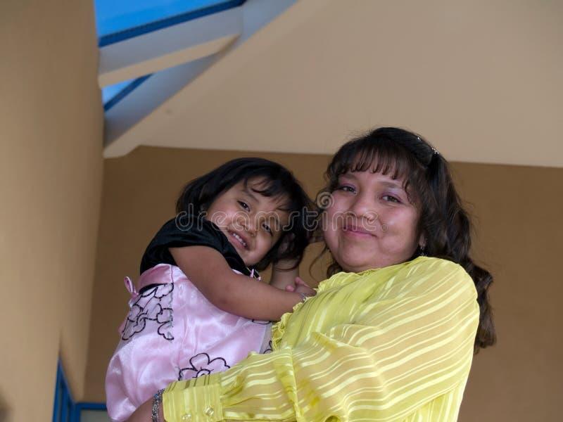 Inheemse Amerikaanse moeder & dochter royalty-vrije stock afbeelding