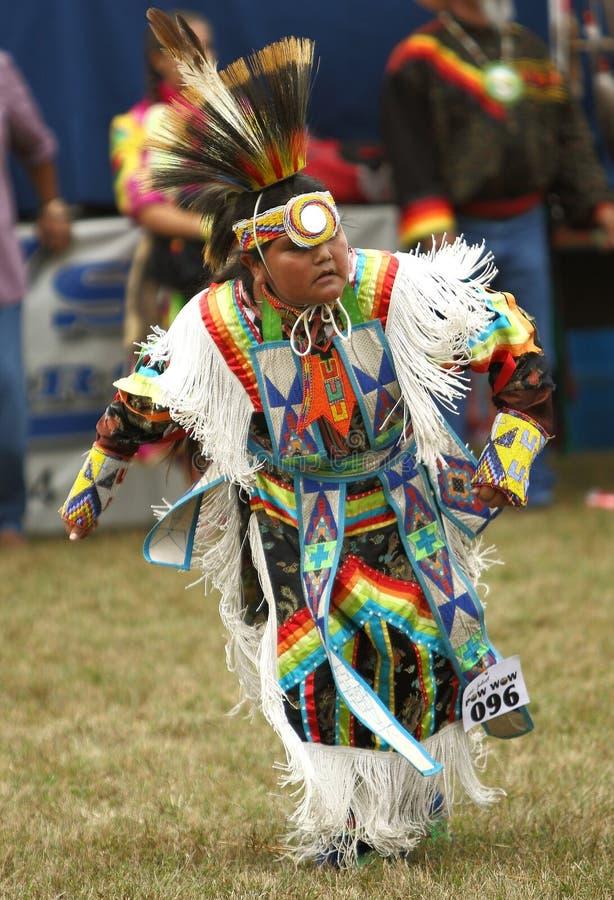 Inheemse Amerikaanse pow wauw dansers stock foto's
