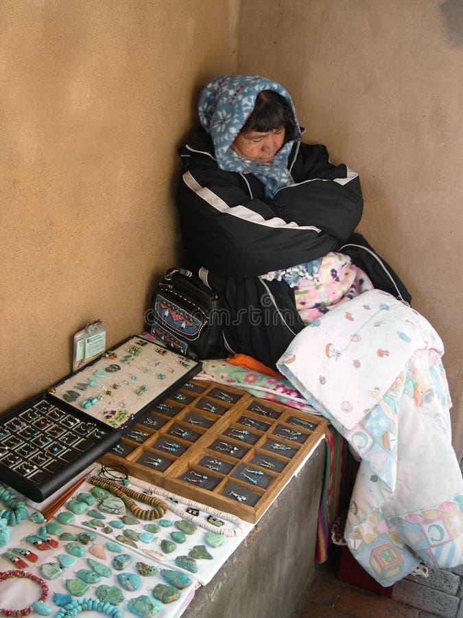Inheemse Amerikaanse vrouw die turkooise juwelen verkoopt stock afbeelding