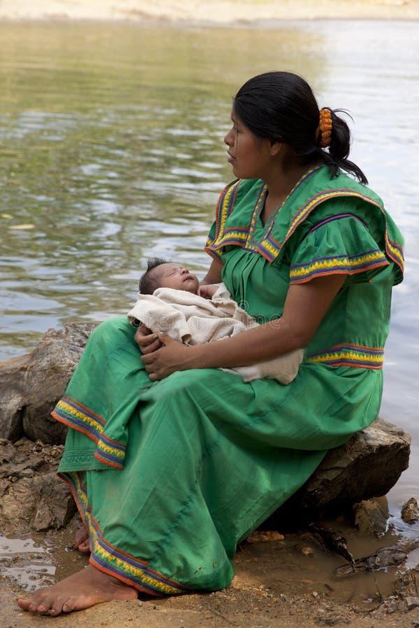 Inheemse Amerikaanse vrouw met Indische baby, stock fotografie