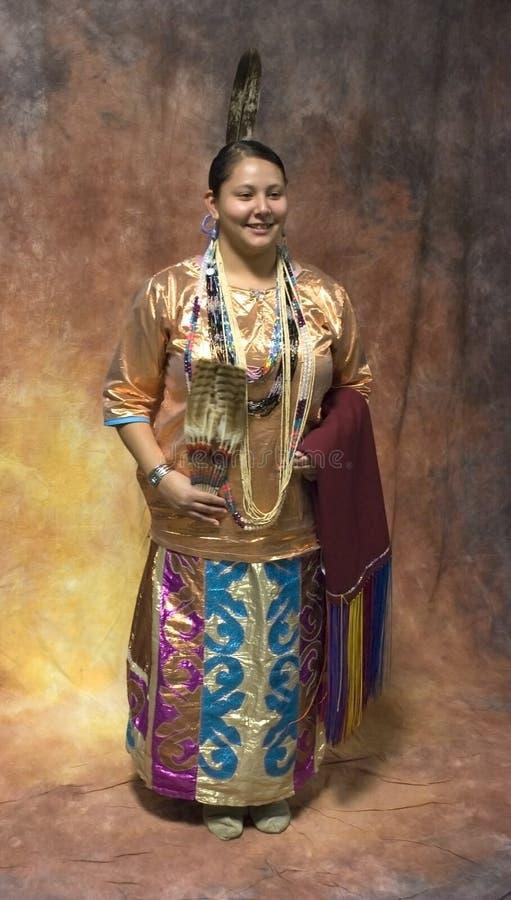Inheemse Amerikaanse Vrouw in volledige Traditionele Kleding royalty-vrije stock afbeeldingen
