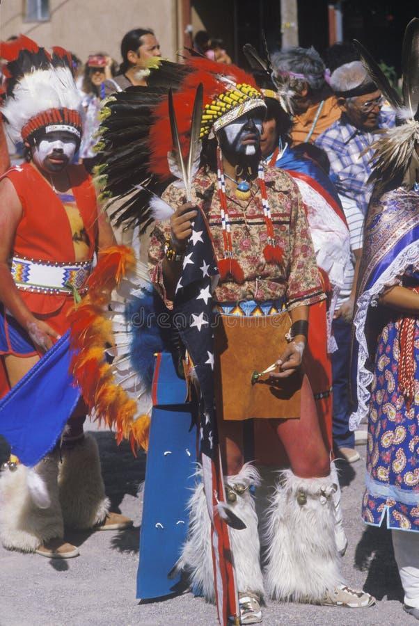 Inheemse Amerikanen die de ceremonie van de Graandans, Santa Clara Pueblo, NM bijwonen stock afbeelding