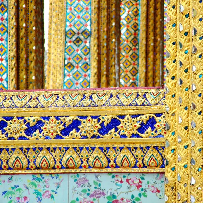 Inheemse die kunst op de muur in de tempel, Thailand wordt gesneden stock afbeelding