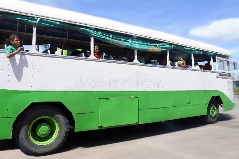 Inheemse Fijian-mensenreis door bus in Fiji royalty-vrije stock afbeeldingen