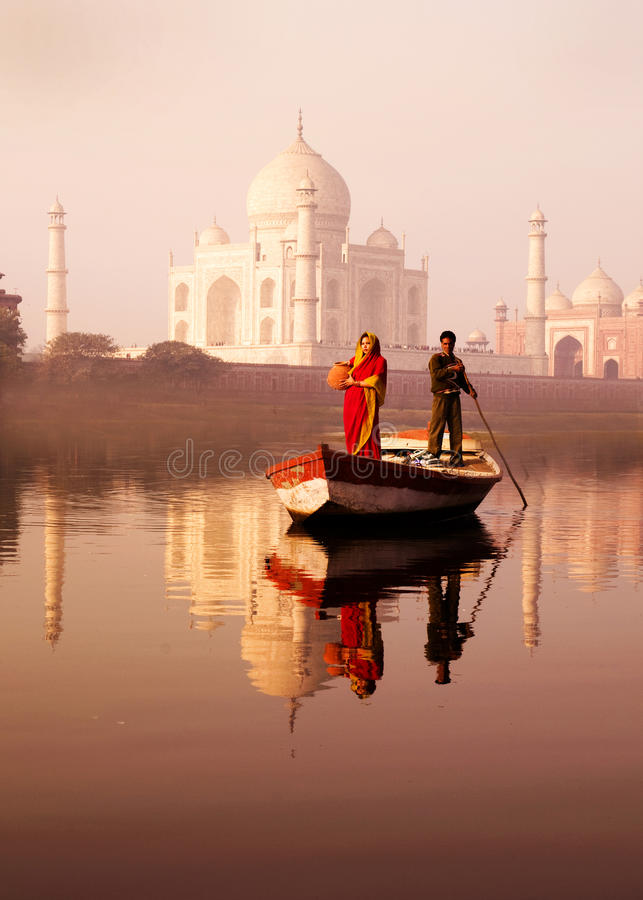 Inheemse Indische Man en Vrouw op de Boot en Taj Mahal In T stock fotografie