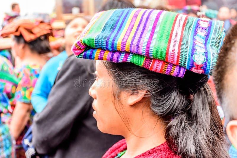 Inheemse Maya vrouw in traditioneel hoofd die, Guatemala behandelen stock afbeeldingen