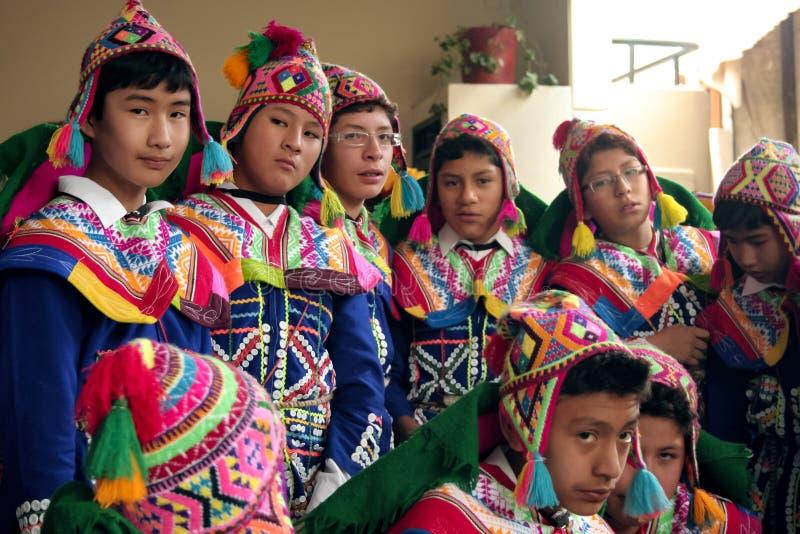 """Inheemse Peruviaanse dansersjongens ongeveer om te dansen """"Wayna Raimi ' royalty-vrije stock afbeelding"""