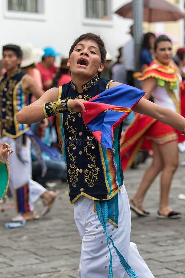 Inheemse quechua mens volledig belast met het dansen royalty-vrije stock afbeelding