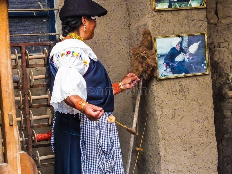 Inheemse Quechua Vrouwen Spinnende Wol royalty-vrije stock afbeeldingen