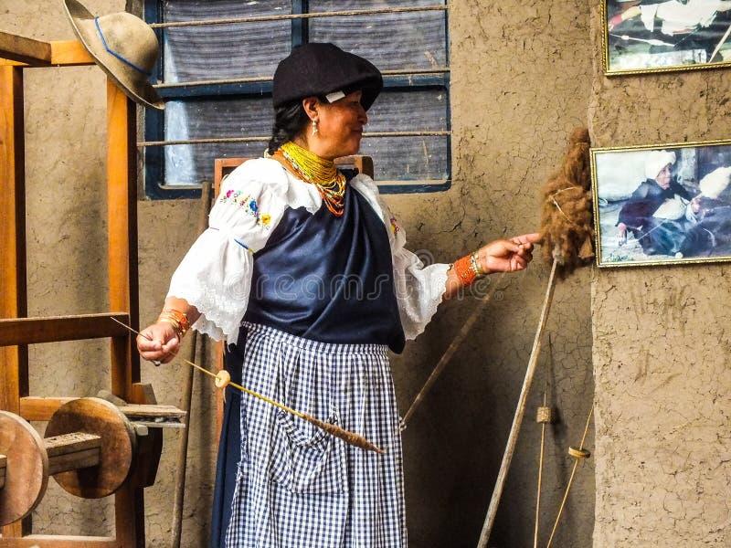 Inheemse Quechua Vrouwen Spinnende Wol stock afbeeldingen