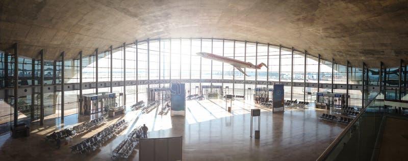 Inhemsk avvikelsekorridor på den Manises flygplatsen i Valencia, Spanien royaltyfria foton